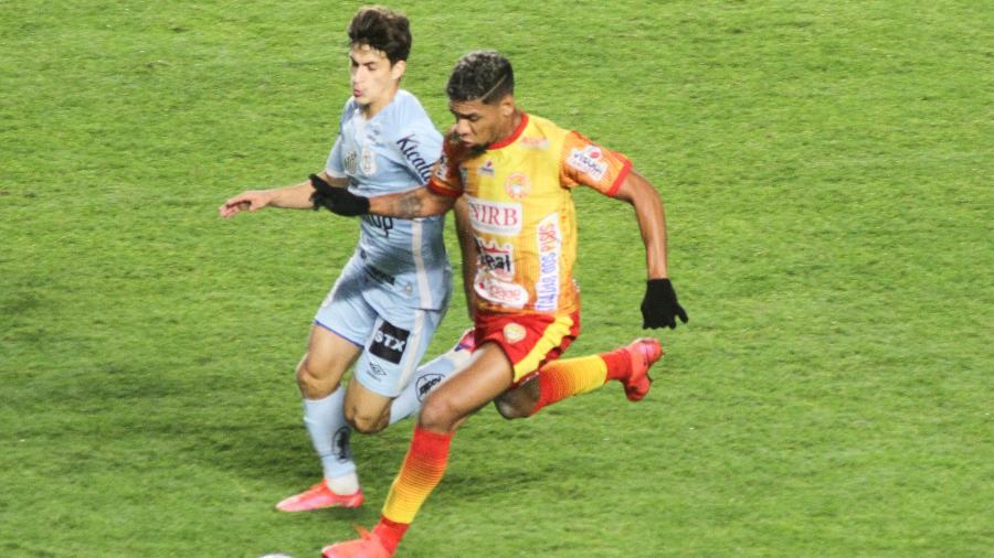 Gabriel Pirani disputa lance em Santos x Juazeirense pela Copa do Brasil - Fernanda Luz/AGIF
