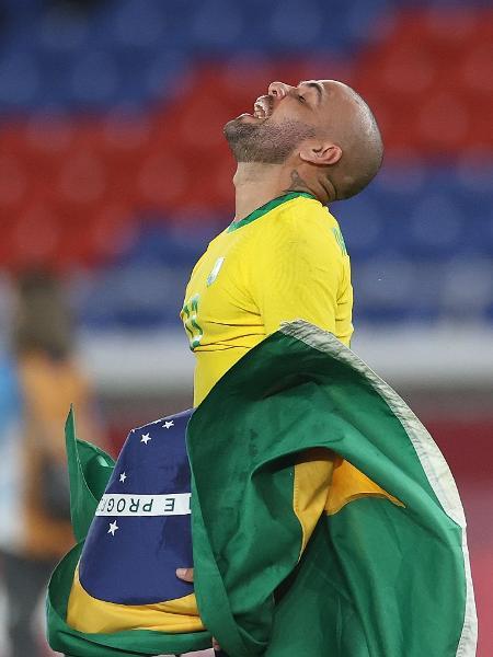 Daniel Alves comemora a conquista da medalha de ouro pela seleção brasileira  - Xinhua/Cao Can