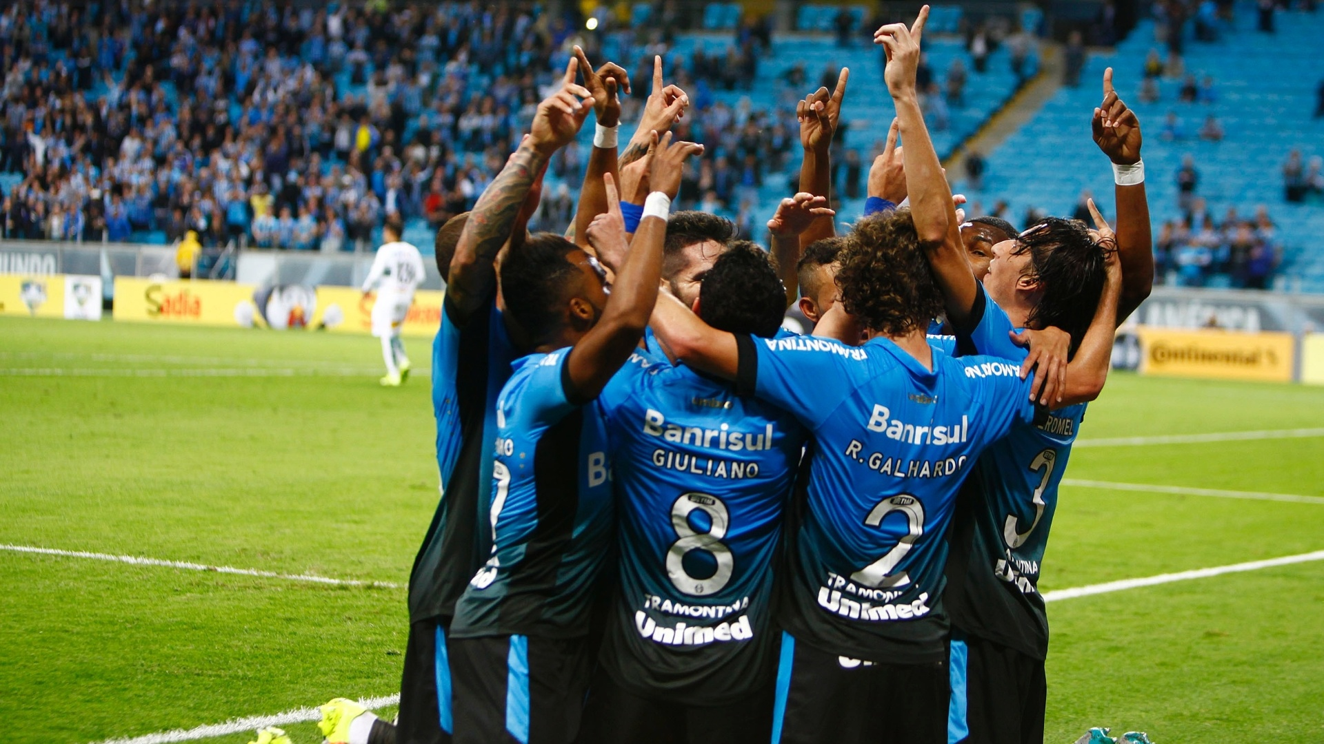 Jogadores do Grêmio comemoram após gol de Geromel