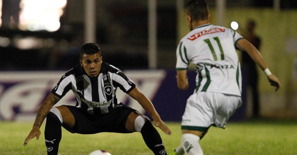 Thiago Carleto faz a marcação na partida do Botafogo contra o Luverdense pela Série B