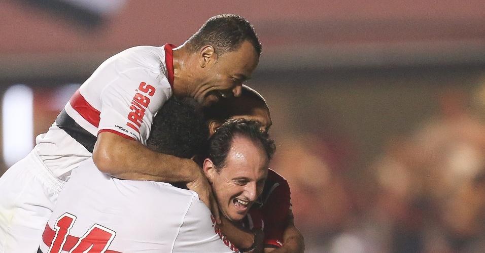 Abraçado pelos ex-companheiros, Rogério Ceni comemora seu gol de pênalti, no jogo em que se despediu do futebol