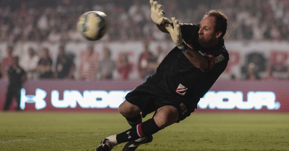 Rogério Ceni faz defesa em chute de Cafu, no seu jogo de despedida, no Morumbi
