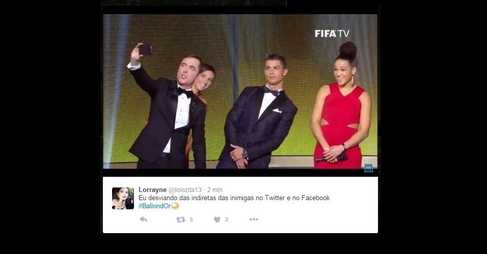 A selfie do apresentador James Nesbitt e Cristiano Ronaldo desviando para aparecer na foto