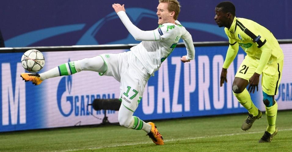 Schürrle se estica para alcançar a bola no duelo entre Wolfsburg e Gent, também pelas oitavas da Liga dos Campeões