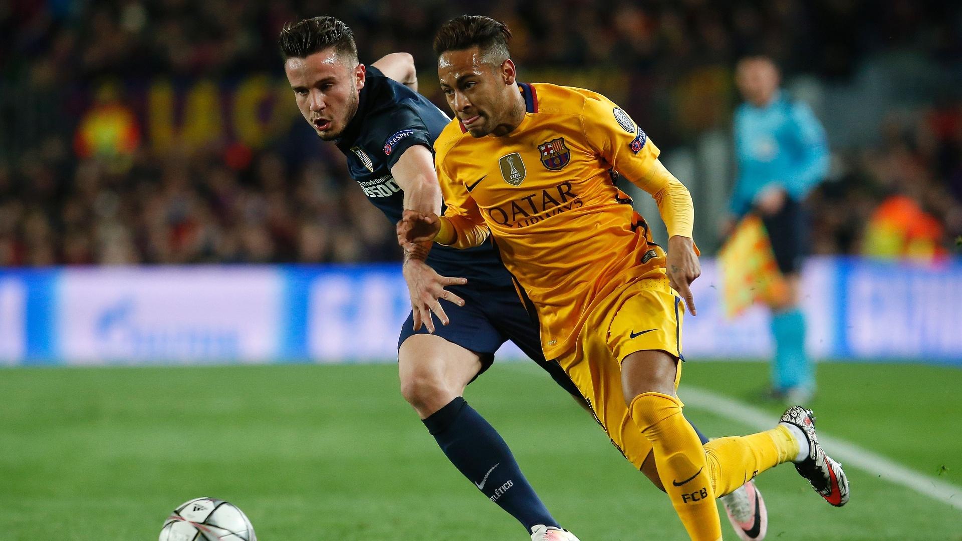 Neymar tenta superar a marcação na partida entre Barcelona e Atlético de Madri pela Liga dos Campeões