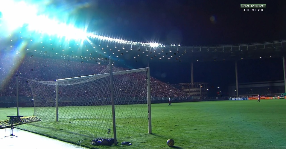 Luzes se apagam no estádio Kléber Andrade, durante a partida entre Flamengo e Internacional