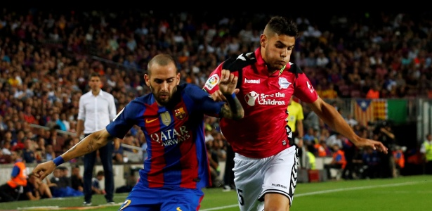 Theo Hernández (dir.) e Aleix Vidal durante partida entre Barça e Alavés