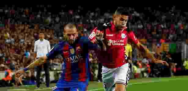 Theo Hernández (dir.) e Aleix Vidal durante partida entre Barça e Alavés - ALBERT GEA/Reuters