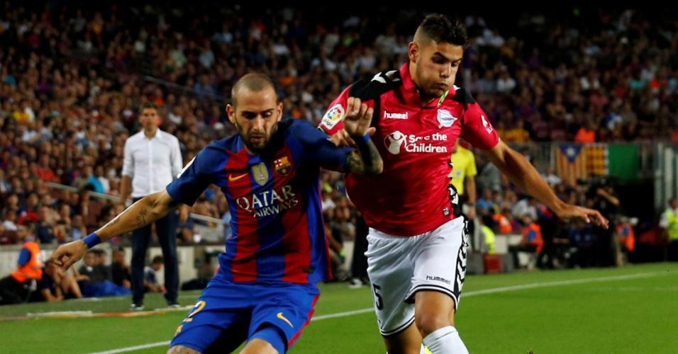 10.set.2016 - Aleix Vidal (e), do Barcelona, disputa jogada com Theo Hernández, do Alavés, durante jogo do Campeonato Espanhol