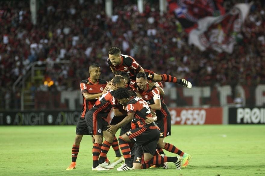Jgoadores do Flamengo comemoram gol de Leandro Damião diante do Fluminense