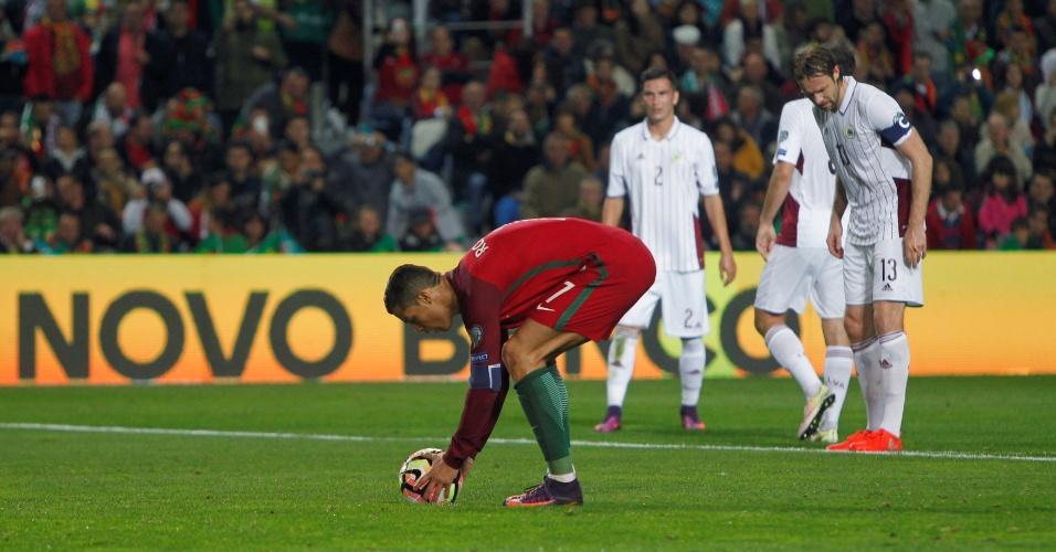Cristiano Ronaldo prepara cobrança de pênalti contra a Letônia