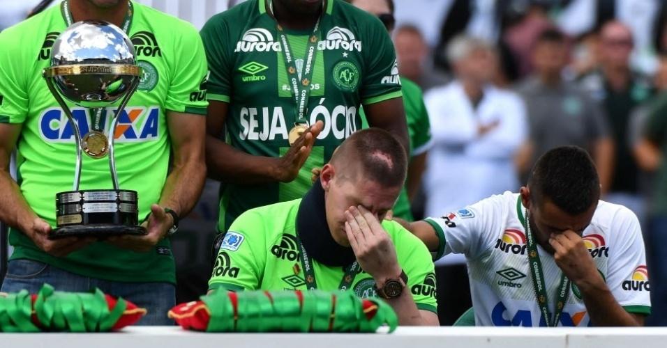 Muita emoção na homenagem à Chapecoense. Follmann chora e o também sobrevivente Ruschel ajoelha ajoelha ao lado dele