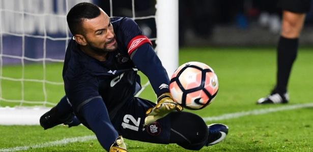 Weverton em ação pelo Atlético-PR; goleiro está na mira do Palmeiras para 2018