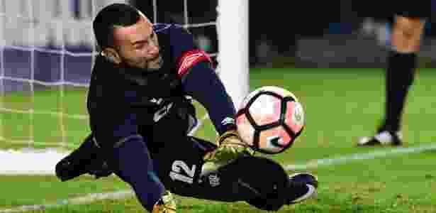 Weverton esteve com a Seleção e jogará Derby contra o Paraná - AFP PHOTO / Luis Acosta