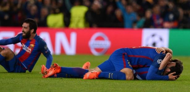 Valencia lucrará graças à transferência de André Gomes (abraçando Busquets na foto)