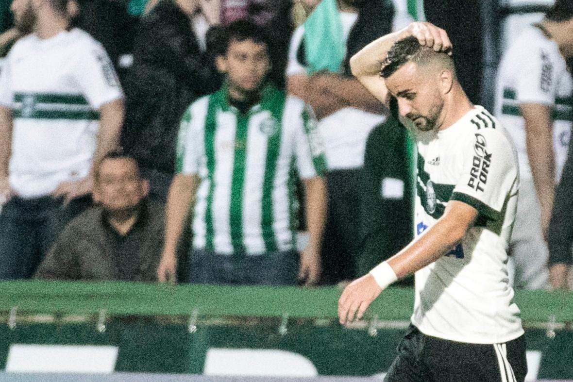 Rafael Longuine, do Coritiba, lamenta pênalti perdido no duelo contra o Vitória