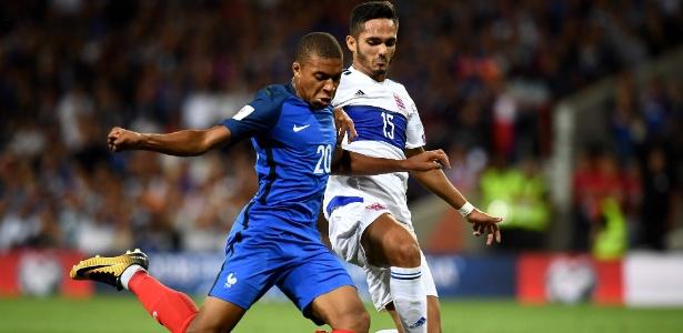 Mbappé tenta uma finalização para a França contra Luxemburgo