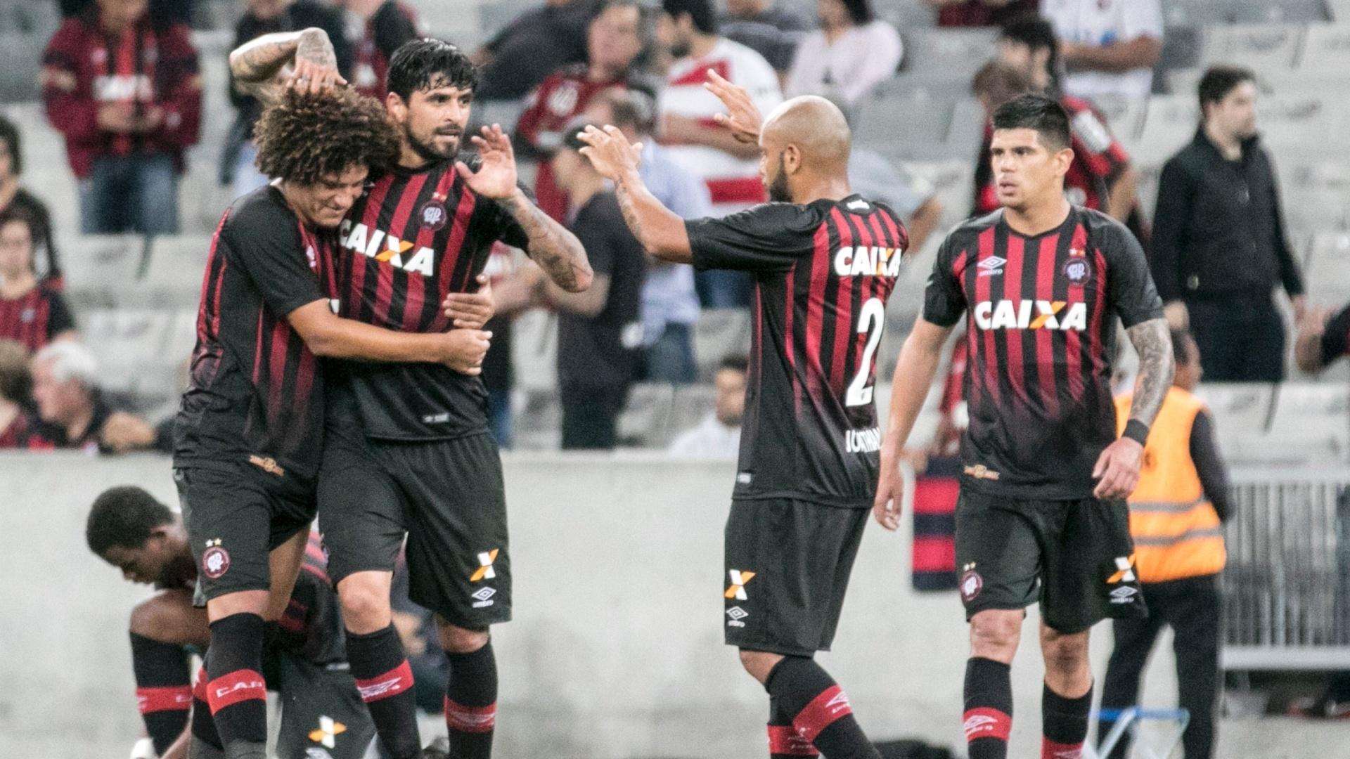 Lucho González fez o gol da virada do Atlético-PR sobre o Atlético-GO