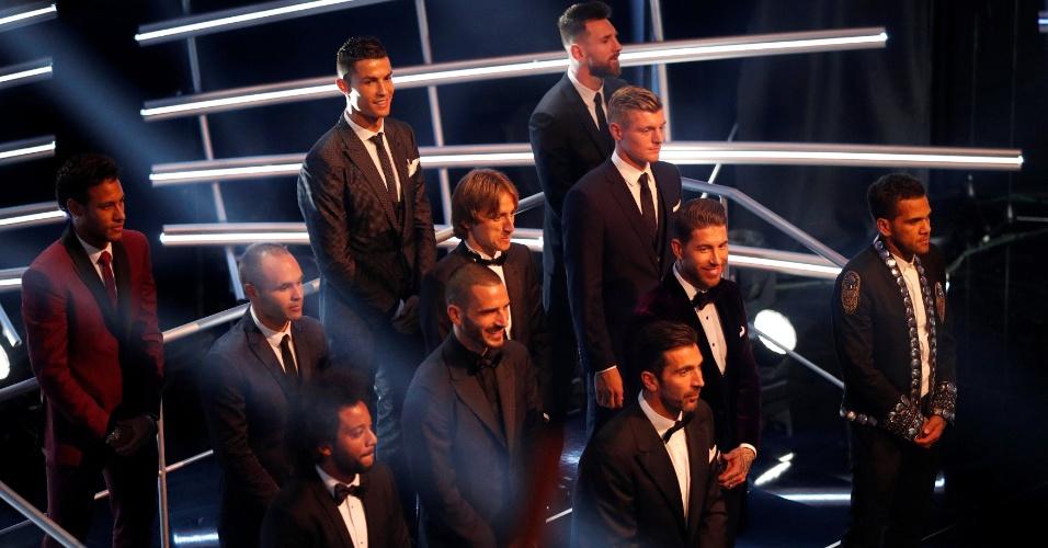 Jogadores eleitos para a seleção da temporada da Fifa alinhados no palco