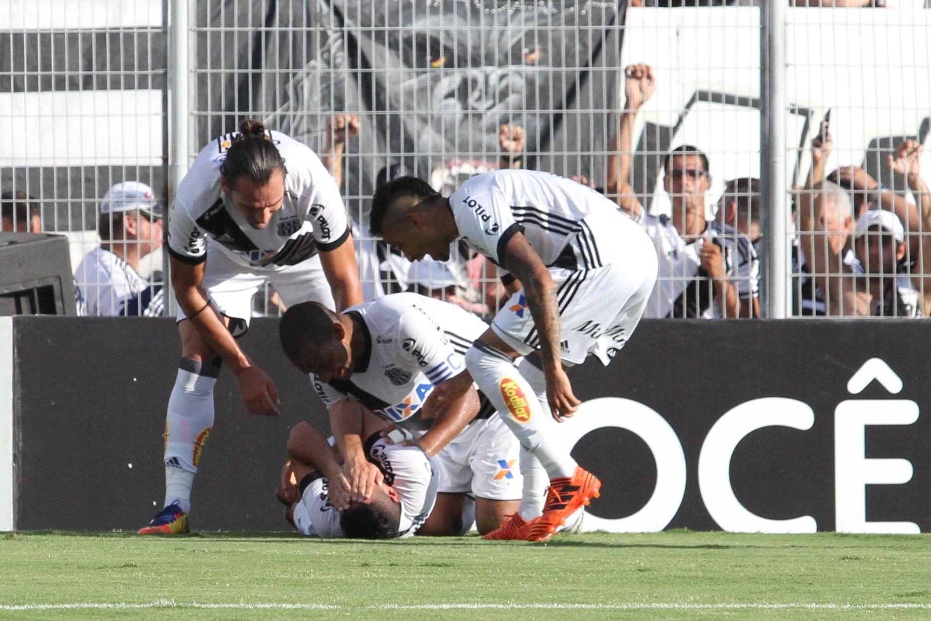 Jogadores da Ponte Preta comemoram gol de Danilo contra o Atlético-PR