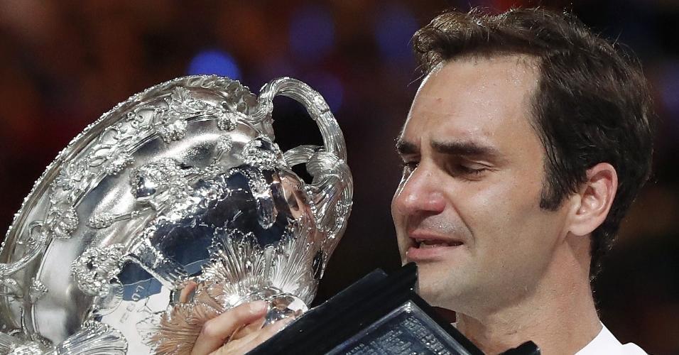 Roger Federer com o troféu do Aberto da Austrália, o 20º título de Grand Slam da carreira