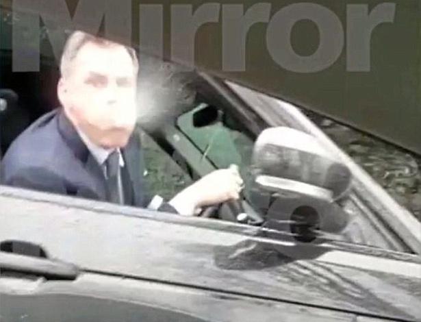 Irritado com a derrota do Liverpool, Jamie Carragher cuspiu na direção de uma menina
