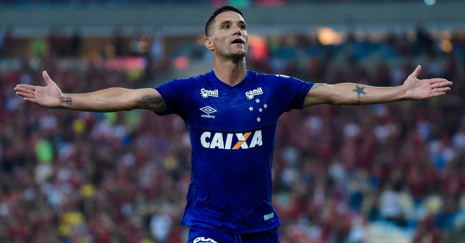 Thiago Neves comemora o segundo gol do Cruzeiro sobre o Flamengo