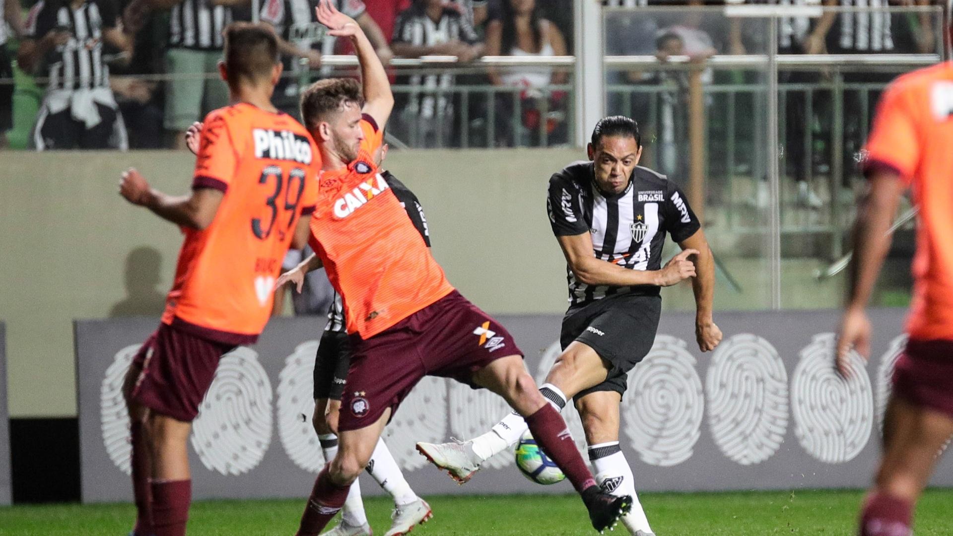 Ricardo Oliveira tenta finalização durante Atlético-MG x Atlético-PR