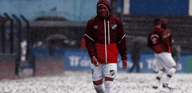Jogador do Nacional durante chuva de granizo - Reprodução/Twitter - Reprodução/Twitter