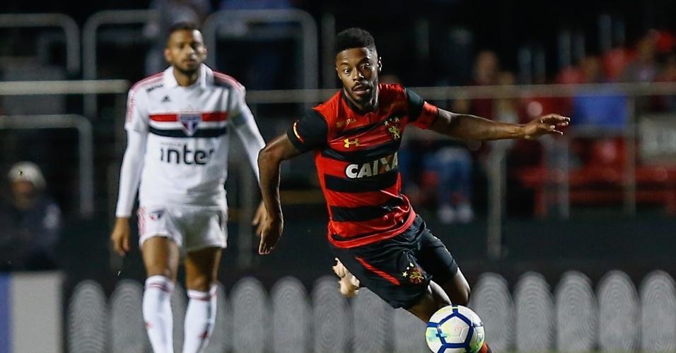 54910af0fa21c Michel Bastos carrega a bola em jogo entre São Paulo e Sport