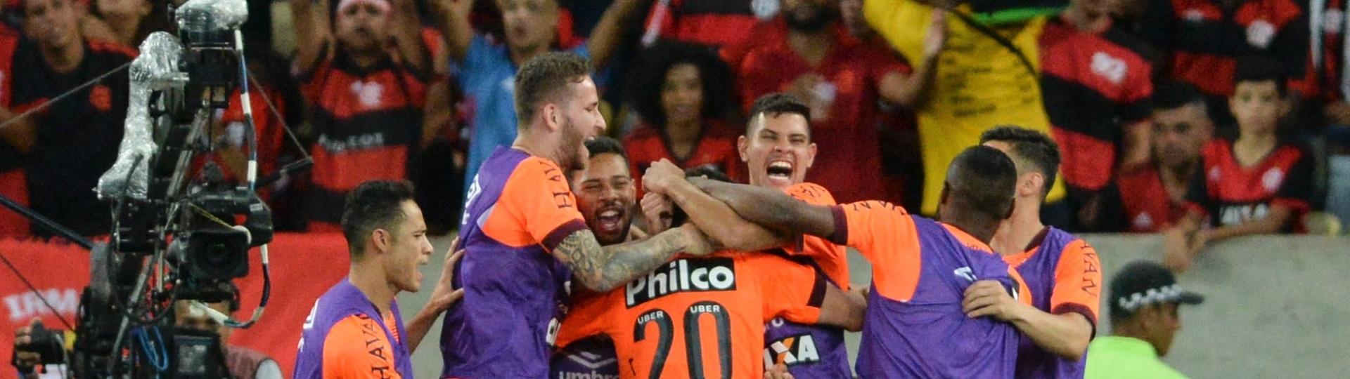 Jogadores do Atlético-PR comemoram o gol de Matheus Rossetto diante do Flamengo pelo Campeonato Brasileiro 2018