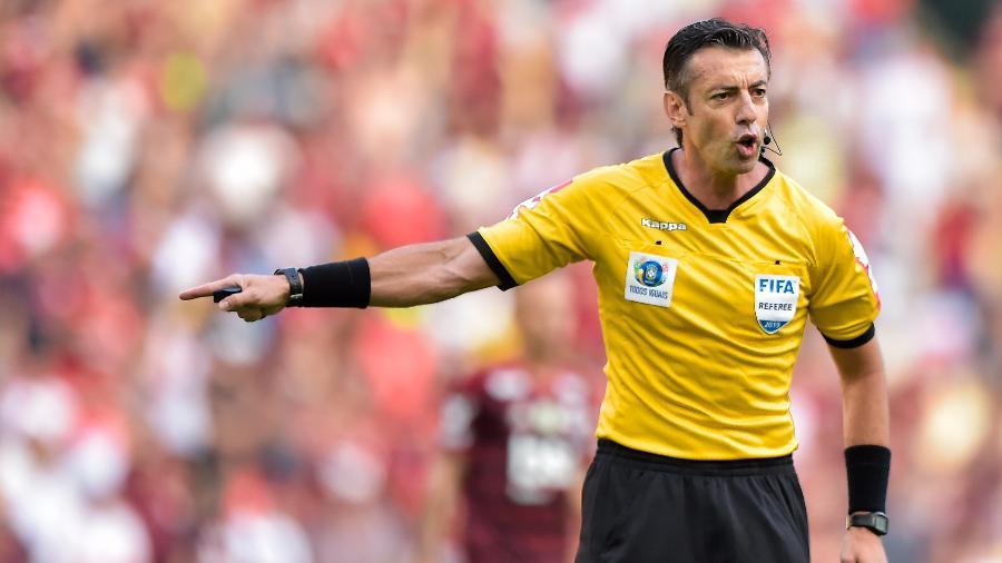 Raphael Claus será auxiliado pelos bandeirinhas Marcelo Van Gasse e Neuza Back - o trio faz parte do quadro da Fifa - Thiago Ribeiro/AGIF