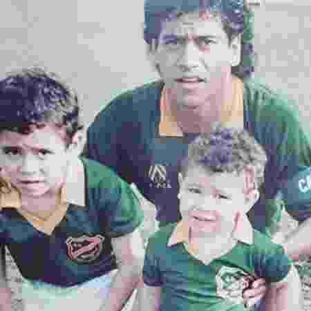 Marcelo Castan, na época de jogador, com os filhos Leandro (esq) e Luciano (dir) - Reprodução / Instagram