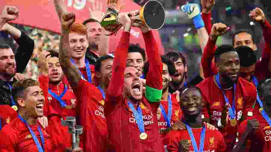 """""""Se você vence qualquer troféu e o recebe sem torcedores lá, é muito estranho"""", afirmou Jordan Henderson - Giuseppe Cacace/AFP"""