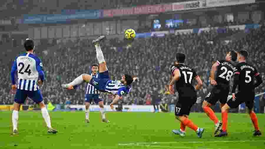 Alireza Jahanbakhsh, do Brighton, faz gol de bicicleta contra o Chelsea pelo Campeonato Inglês - Dylan Martinez/AFP