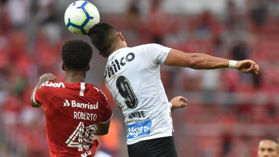 Uribe, centroavante do Santos, disputa lance de cabeça contra o Internacional - Ivan Storti/Santos FC