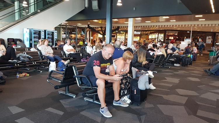 Passageiros esperam voo em Melbourne na terça-feira - Julianne Cerasoli/UOL Esporte