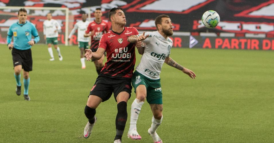 Lucas Halter e Lucas Lima disputam bola durante Athletico x Palmeiras