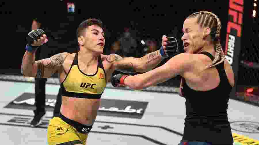 Jessica Bate-Estaca na luta contra Katlyn Chookagian - Josh Hedges/Zuffa LLC via Getty Images