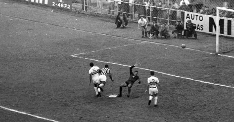Segundo gol de Pelé na vitória do Santos sobre Botafogo-SP por 11 a 0 em 21/11/64