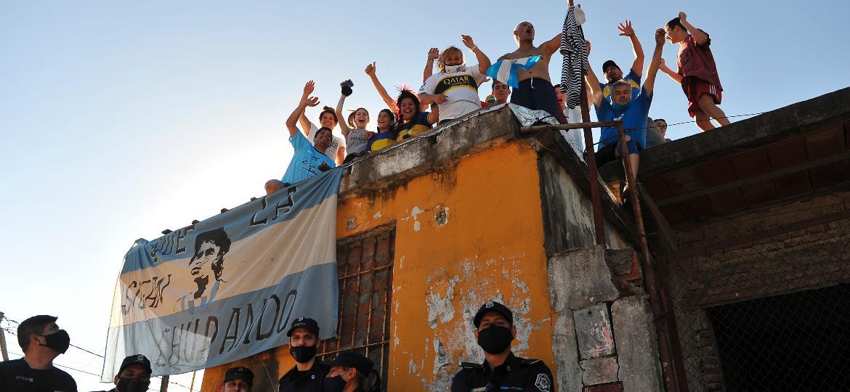 Fãs de Maradona sobem em laje para acompanhar o cortejo fúnebre do jogador - EFE/ ENRIQUE GARCIA MEDINA