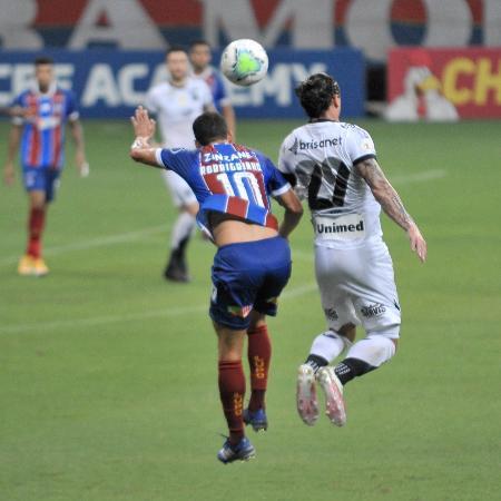 Vina e Rodriguinho em disputa aérea durante Bahia e Ceará - Jhony Pinho/AGIF