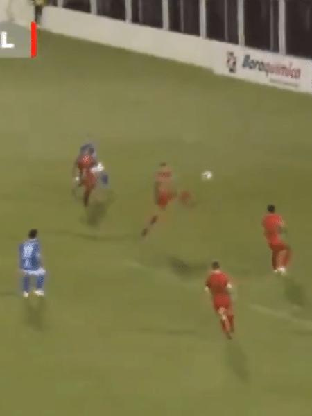 """Zagueiro faz gol contra de """"voadora"""" na Série A2 do Paulista - Reprodução"""