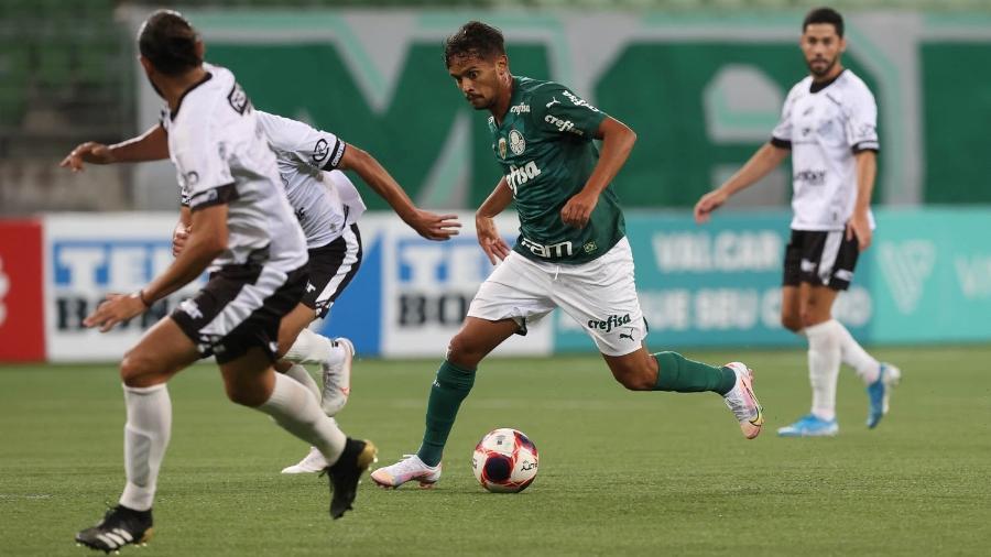 Gustavo Scarpa dribla jogadores da Inter de Limeira em jogo do Palmeiras - Cesar Greco/Palmeiras