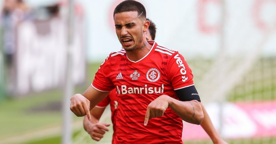 Thiago Galhardo comemora o seu gol no Grenal da final do Gauchão 2021