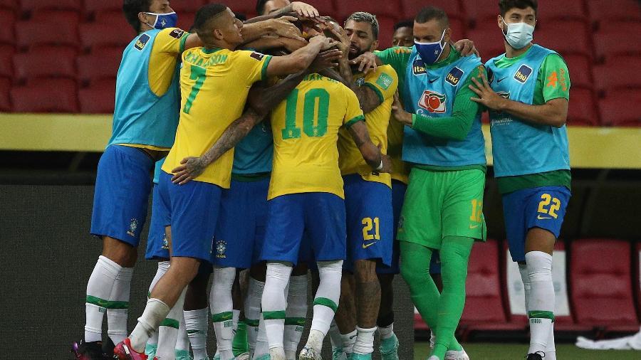 Neymar comemora com os companheiros o segundo gol do Brasil contra o Equador - Buda Mendes/Getty Images