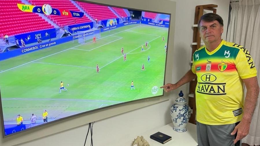 Com camisa do Brusque, Jair Bolsonaro (sem partido) acompanha jogo do Brasil na Copa América - Reprodução/Twitter