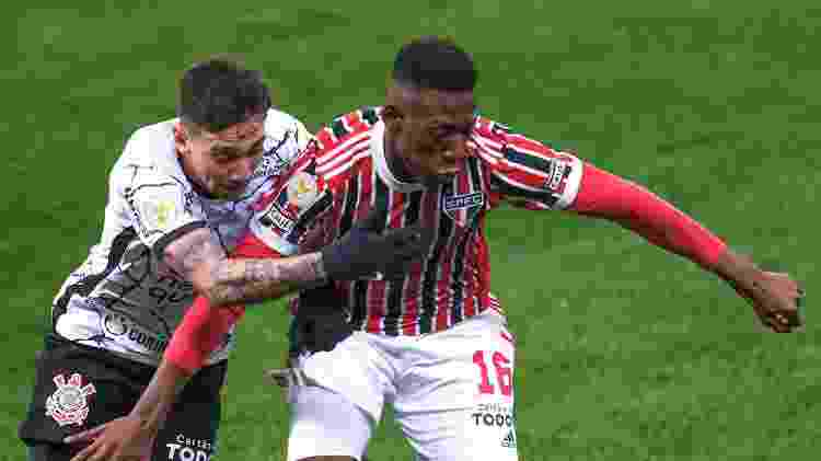 Gustavo Mosquito, do Corinthians, disputa lance com Léo, do São Paulo - Marcello Zambrana/AGIF - Marcello Zambrana/AGIF