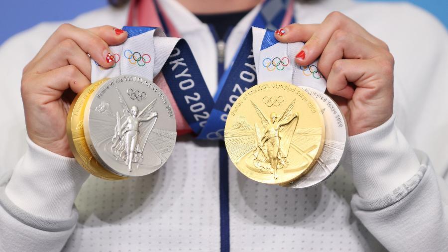Nadadora norte-americana Katie Ledecky exibe suas medalhas conquistadas em Tóquio - Laurence Griffiths/Getty Images
