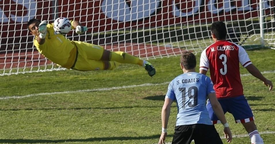 Justo Villar, goleiro do Paraguai, salta para defender chute do Uruguai